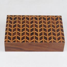 Scatola in legno finemente intarsiata