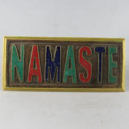 Namaste in legno con pietre incastonate