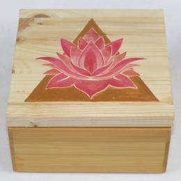 Scatola in legno con loto e piramide